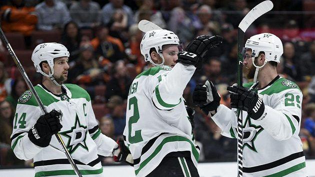 Český útočník Dallasu Radek Faksa (uprostřed) se raduje ze svého gólu v zápase NHL proti Anaheimu. Gratulují mu spoluhráči Jamie Benn (vlevo) a Greg Pateryn.