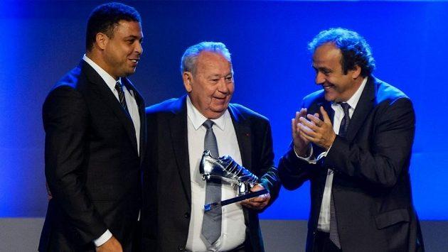 Francouz Just Fontaine (uprostřed) dostal trofej za přítomnosti bývalé brazilské hvězdy Ronalda (vlevo) a šéfa UEFA Michela Platiniho.