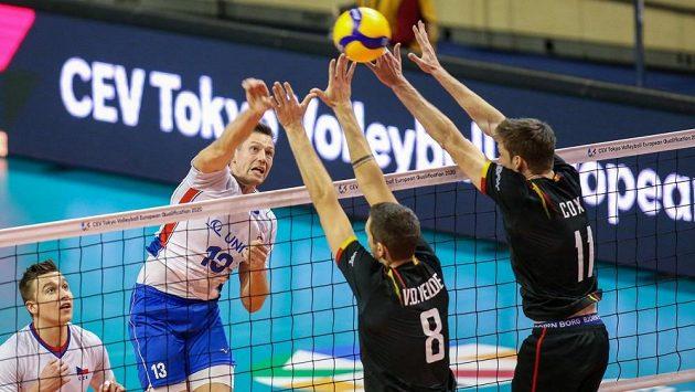 Český volejbalový reprezentant Lukáš Vašina v akci v souboji s Německem.