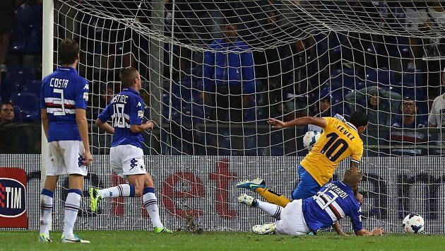 Útočník Juventusu Turín Carlos Tévez (ve žlutém dresu) střílí v italské lize gól Sampdorii Janov.
