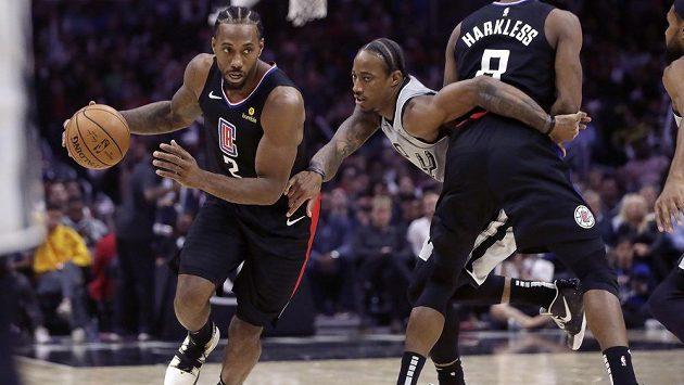 Basketbalista San Antonia Spurs DeMar DeRozan se snaží ubránit Kawhiho Leonarda z Los Angeles Clippers během utkání NBA.