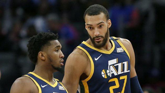 Basketbalista Utahu Jazz center Rudy Gobert (vpravo) vedle spoluhráče Donovana Mitchella.