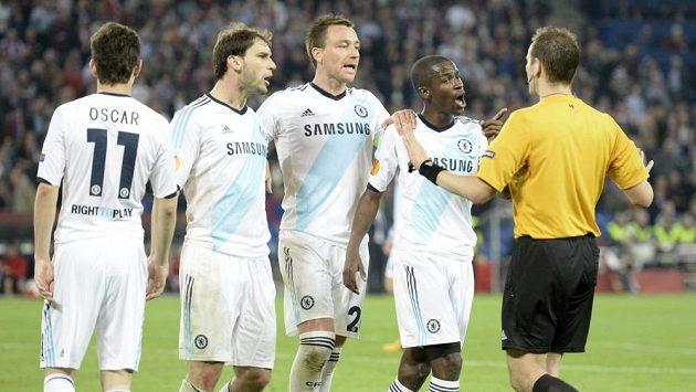 Fotbalisté Chelsea protestují u sudího Pavla Královce proti odpískanému pokutovému kopu v utkání proti Basileji.