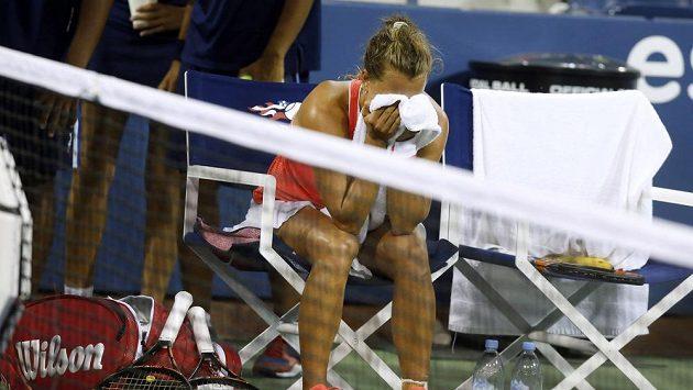 Zklamaná česká tenistka Barbora Strýcová v zápase 3. kola US Open proti Němce Sabine Lisické.
