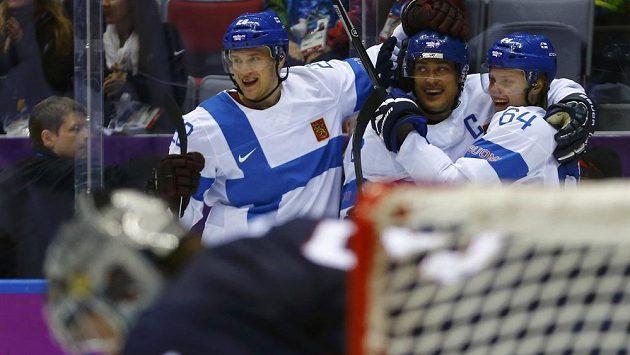 Teemu Selänne přijímá gratulace od svých finských spoluhráčů po jedné z branek, kterou vstřelil v zápase o třetí místo Spojeným státům.