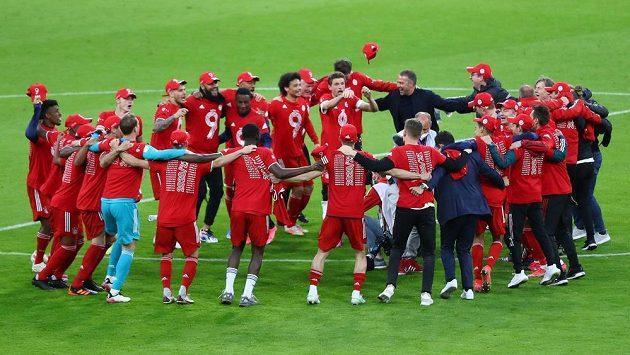Fotbalisté Bayernu Mnichov slaví u středového kruhu po konci utkání 32. kola bundesligy proti Borussii Mönchengladbach