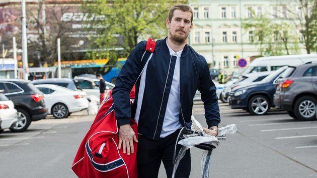 Roman Červenka přichází na sraz hokejové reprezentace.