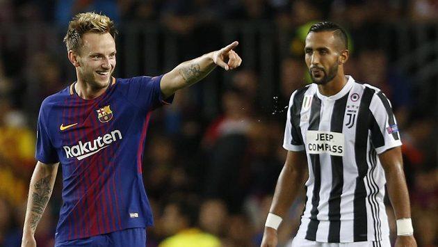 Barcelonský Ivan Rakitič (vlevo) se raduje z gólu, na snímku s ním je Mehdi Benatia z Juventusu.