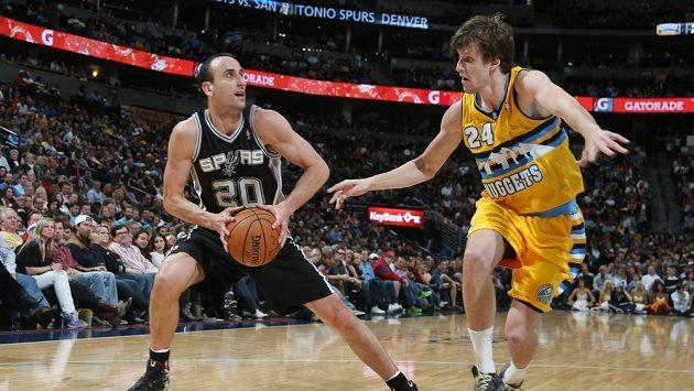 Český basketbalista Jan Veselý (vpravo) brání Argentince Ginobiliho ze San Antonia.