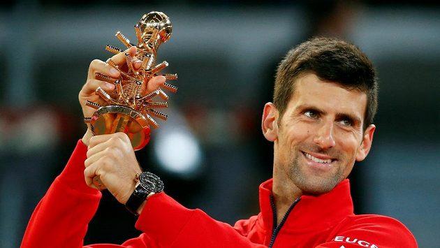 Srbský tenista Novak Djokovič s trofejí pro vítěze turnaje v Madridu.
