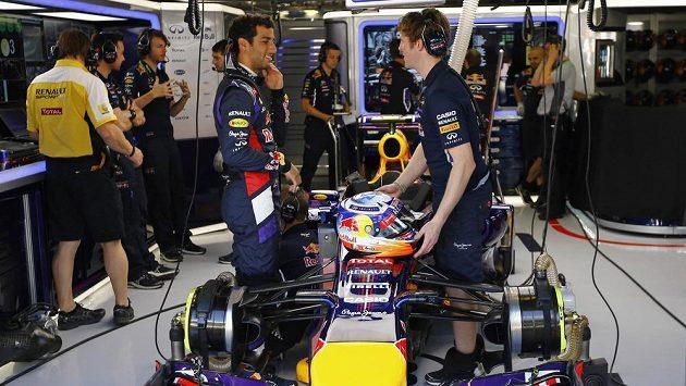 Daniel Ricciardo (vlevo) ze stáje Red Bull v diskuzi s jedním z techniků.