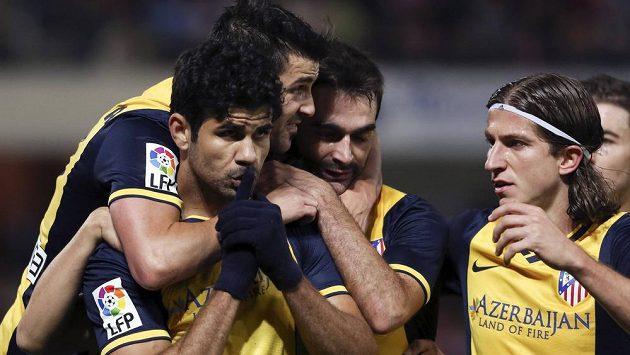 Fotbalisté Atlétika Madrid se radují z gólu společně se střelcem Diegem Costou (vlevo).