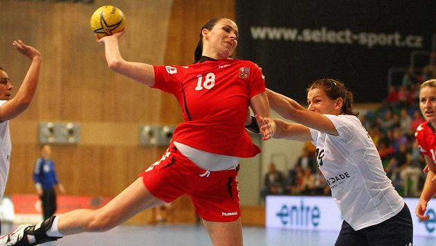 Českou reperezentantku Ivetu Luzumovou marně zastavuje Portugalka Ana Saebraová.