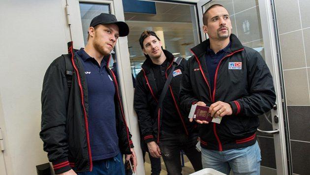 Hokejisté české reprezentace (zleva) David Pastrňák, Roman Červenka a Tomáš Plekanec během odletu na MS do Moskvy.