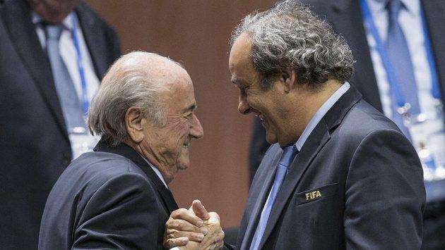 Předseda evropského fotbalu Michel Platini a prezident FIFA Sepp Blatter.