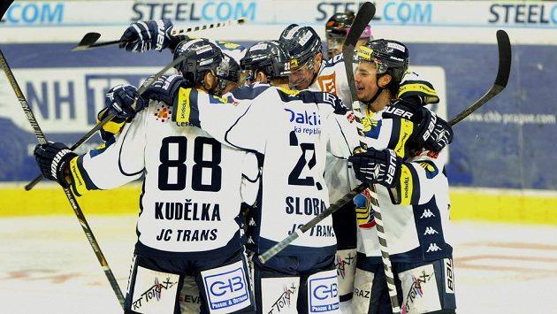Hráči Vítkovic se radují z první branky proti Liberci.