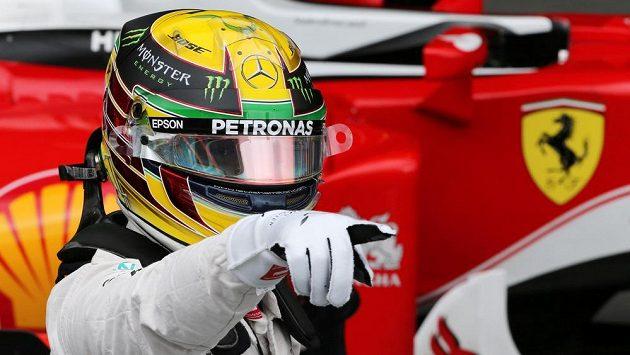 Brit Lewis Hamilton slaví zisk pole position pro Velkou cenu Brazílie.