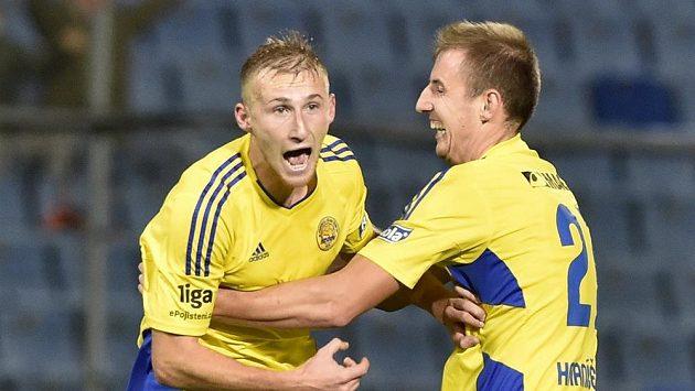 Miloš Kopečný (vlevo) a Josef Hnaníček ze Zlína se radují z gólu.