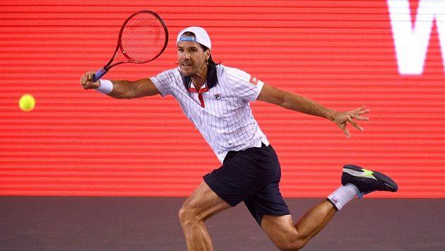 Bývalý německý tenista Tommy Haas při exhibici v Berlíně v zápase s Janem Lennardem Struffem.