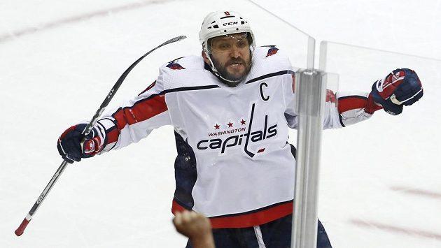 Ruský střelec Washingtonu Alexandr Ovečkin se raduje z gólu proti Pittsburghu.