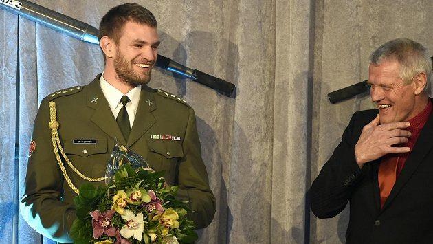 Vítězem veslařské ankety se stal skifař Ondřej Synek (vlevo). Vpravo je jeho trenér Milan Doleček.