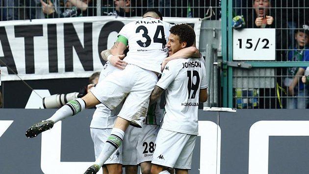 Fotbalisté Mönchengladbachu se radují z gólu proti Herthě.