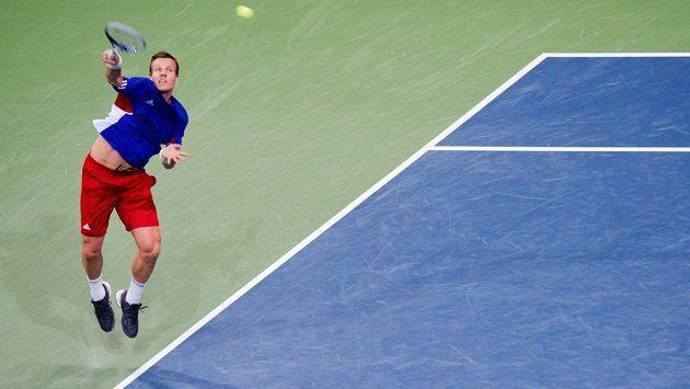 Český tenista Tomáš Berdych servíruje při daviscupovém utkání v Německu.