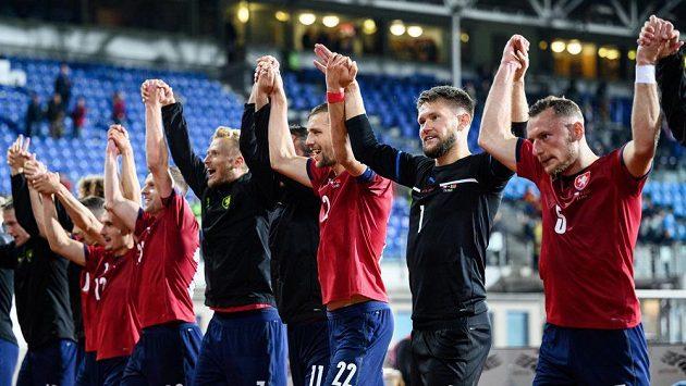 Fotbalisté české reprezentace (zprava): Vladimír Coufal, Tomáš Vaclík, Tomáš Souček a Antonín Barák děkují fanouškům po utkání kvalifikace MS 2022.