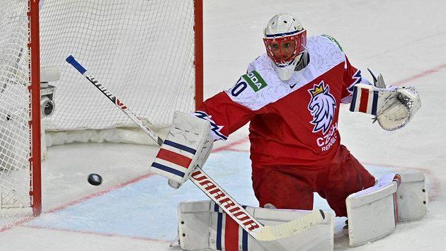 Brankář Šimon Hrubec v zápase se Švédy.