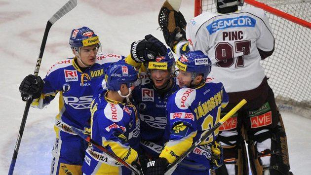 Zlínský útočník Antonín Honejsek (třetí zleva) oslavuje se spoluhráči gól do sítě pražské Sparty.