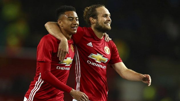 Fotbalisté Manchester United Jesse Lingard (vlevo) a Daley Blind se usmívají po vítězství v poháru nad konkurenčními City