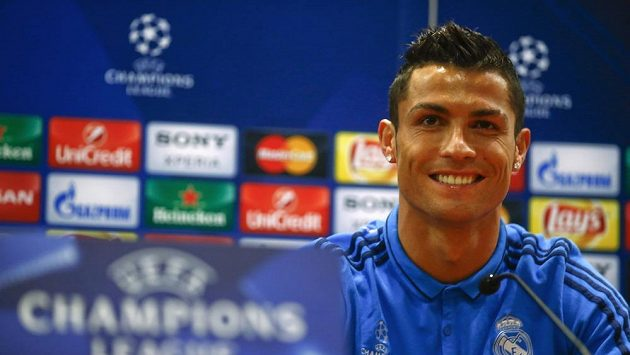 Cristino Ronaldo na tiskové konferenci před zápasem s AS Řím, kterou opustil předčasně.