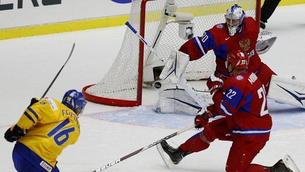 Švédský hokejista Filip Forsberg (vlevo) střílí gól v semifinále MS do 20 let gól ruskému brankáři Andreji Vasilevskému.