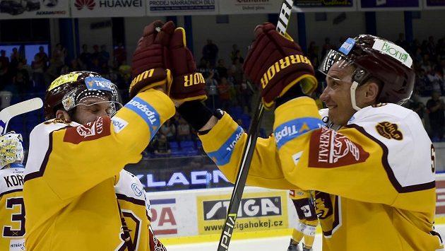 Hráči Jihlavy Richard Diviš (vlevo) a Josef Skořepa se radují z vítězného utkání v Kladně.