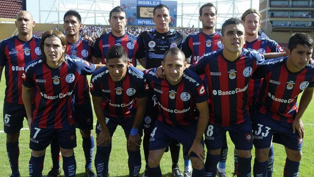 Fotbalisté klubu San Lorenzo se svými nevšedně ozdobenými dresy.