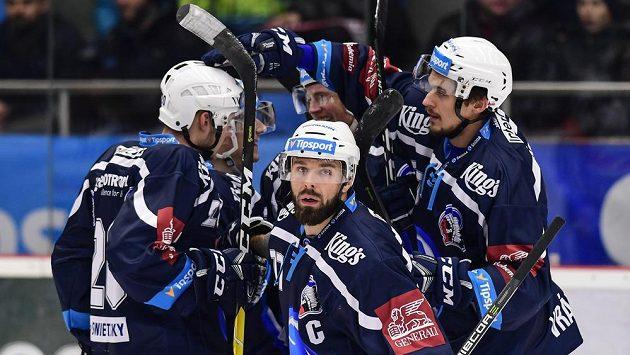 Milan Gulaš (uprostřed) z Plzně oslavuje se spoluhráči gól.