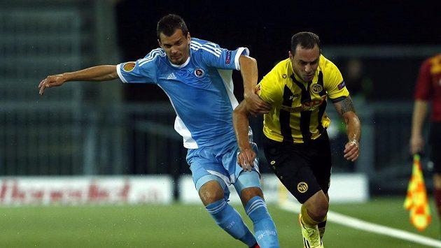 Jan Lecjaks z Young Boys Bern (vpravo) bojuje o míč s Františkem Kubíkem ze Slovanu Bratislava.