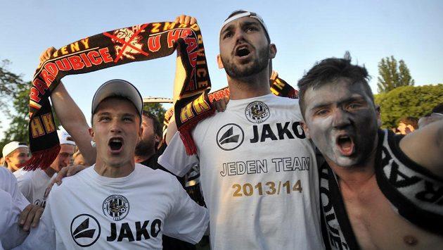 Hradečtí fotbalisté se radují s fanoušky z vítězství a postupu do první ligy.