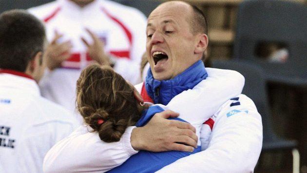 Český kapitán Petr Pála slaví s Barborou Záhlavovou-Strýcovou postup do semifinále Fed Cupu.
