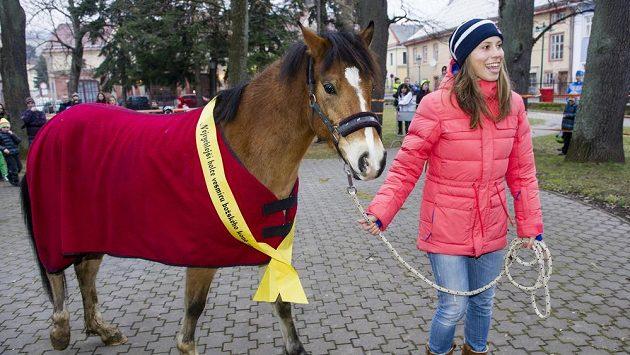 Olympijská vítězka Eva Samková musí kvůli zlomenině kotníku na nějaký čas odložit snowboard i jízdu na koni.