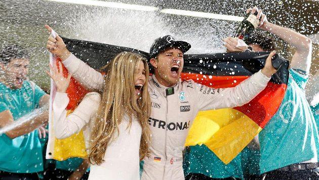 Nico Rosberg slaví titul mistra světa se svou ženou.