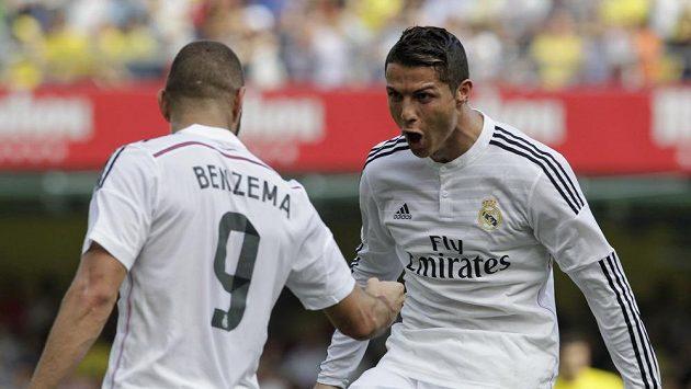 Cristiano Ronaldo (vpravo) se raduje se spoluhráčem z Realu Madrid Karimem Benzemou z gólu.
