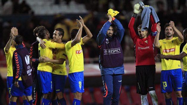 Hráči Sevilly oslavují postup.