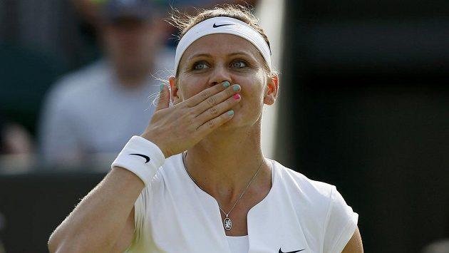 Česká tenistka Lucie Šafářová se raduje z postupu do osmifinále Wimbledonu.