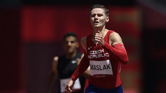 Český závodník Pavel Maslák v rozběhu na 400 metrů na OH v Tokiu.