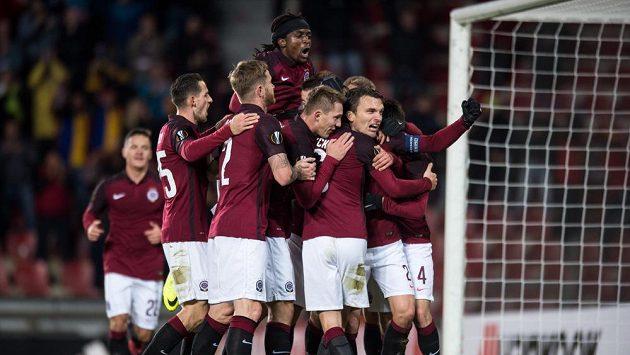 Fotbalisté Sparty se radují z gólu, který vstřelil David Lafata (druhý zprava) Hapoelu Beer Šerva.