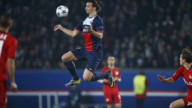 Útočník Paris St. Germain Zlatan Ibrahimovic (ve výskoku) si zpracovává míč.
