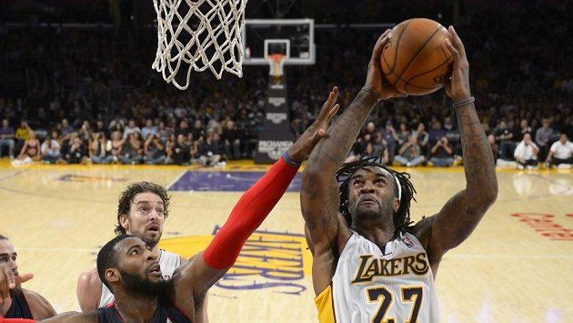 Nejlepším hráčem Lakers byl v utkání s Detroitem Jordan Hill (vpravo).