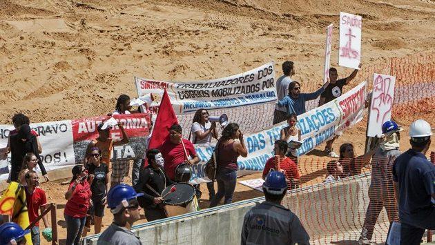 Asi 50 lidí vyjádřilo nesouhlas s tím, že brazilská vláda vynakládá velké peníze na přípravu šampionátu, zatímco ve školství a zdravotnictví finance chybějí.