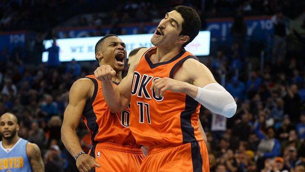 Basketbalista Oklahomy City Russell Westbrook (0) a Enes Kanter (11) během utkání proti Denveru.